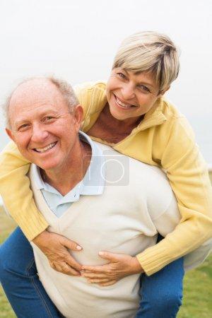 Photo pour Homme âgé donnant piggyback ride - image libre de droit