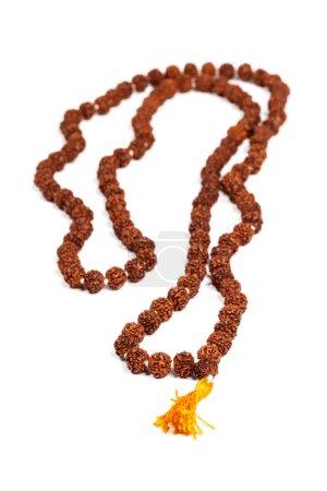 Photo pour Japa mala bouddhiste ou hindouiste (perles de prière) en rudraksha isolé - image libre de droit