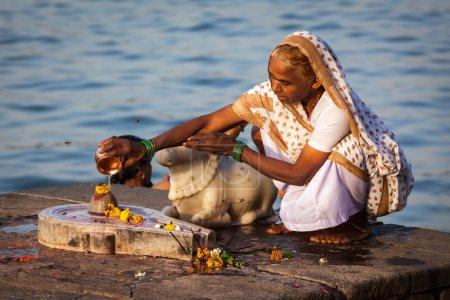 Photo pour MAHESHWAR, INDE - 26 AVRIL : Une Indienne chante la poja du matin sur les ghats sacrés du fleuve Narmada le 26 avril 2011 à Maheshwar, Madhya Pradesh, Inde. To Hindus Narmada est l'une des 5 rivières saintes de l'Inde - image libre de droit