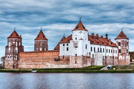 Photo pour Haute gamme dynamique (hdr) image du château médiéval de Mir célèbre monument dans la ville de Mir, Biélorussie - image libre de droit