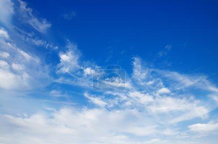 Photo pour Fond du ciel avec les nuages blancs moelleux - image libre de droit