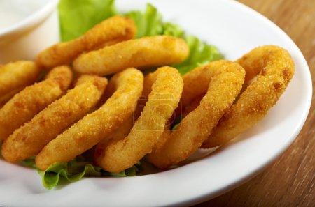 Foto de Aros de cebolla empanizados y profundas frito hasta crujiente - Imagen libre de derechos
