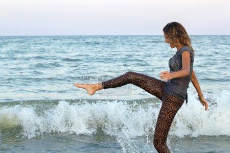 Photo pour Fille humide s'amuser dans la mer - image libre de droit