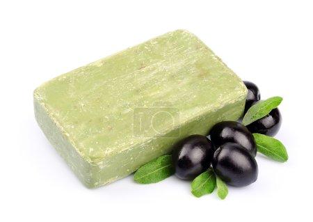 Photo pour Savon artisanal et olives en gros plan sur blanc - image libre de droit