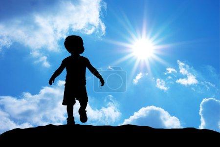 Photo pour Silhouette bébé sur fond de ciel . - image libre de droit