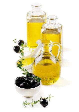 Photo pour Huile d'olive et olives isolées sur fond blanc - image libre de droit