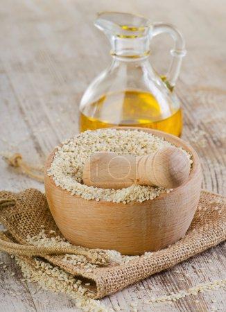 Photo pour Graines de sésame sur table en bois. Concentration sélective - image libre de droit