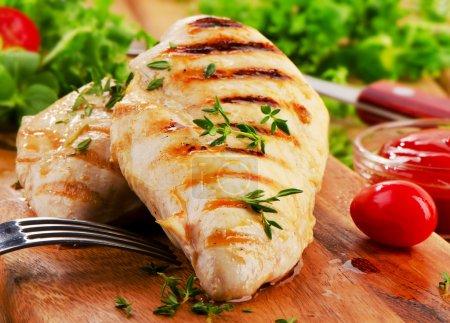 Photo pour Poitrine de poulet grillée avec légumes frais. mise au point sélective - image libre de droit