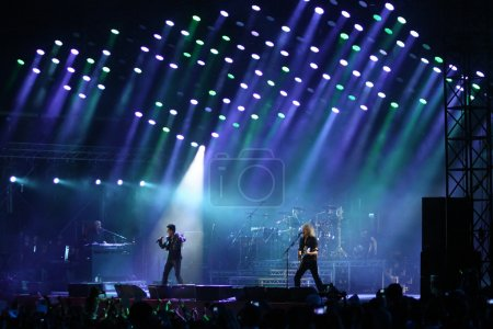 Photo pour Kiev, Ukraine - 30 juin 2012 : Reine avec Adam Lambert effectuer sur scène pendant le concert de lutte contre le sida de charité à la place de l'indépendance le 30 juin 2012 à Kiev, Ukraine - image libre de droit