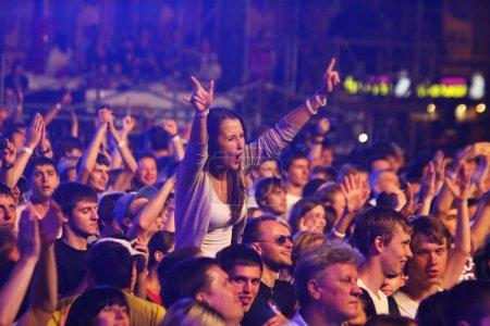 Photo pour Kiev, Ukraine - 30 juin 2012 : Les gens dansent pendant que la reine exécute sur la scène au concert de charité anti-sida à la place de l'Indépendance le 30 juin 2012 à Kiev, Ukraine - image libre de droit