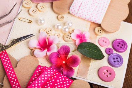 Photo pour Ferraillage de matériaux d'artisanat, de papier rebut, d'outils et de décoration - image libre de droit