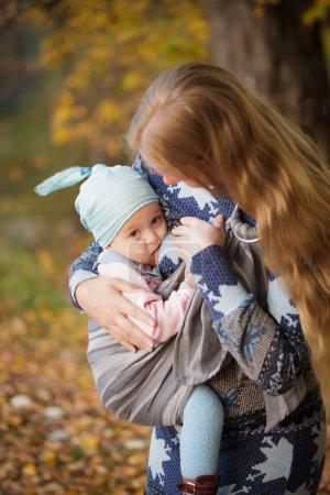 Photo pour Mère marchant avec enfant en plein air, bébé allaitant en fronde - image libre de droit