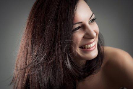 Photo pour Beau portrait d'une fille facile d'approche amicale sans soucis avec un sourire magnifique - image libre de droit