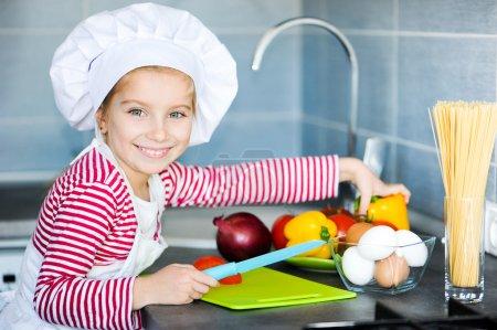 Photo pour Petite fille préparant des aliments sains sur la cuisine - image libre de droit