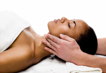 Photo pour Jeune femme recevant un massage facial avec les yeux fermés dans un salon de spa - image libre de droit