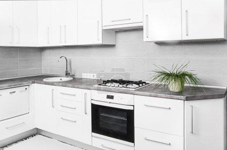 Photo pour Intérieur de petite cuisine blanche - image libre de droit