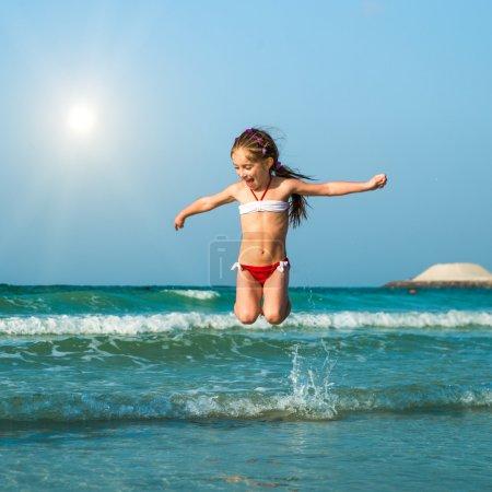 Photo pour Bonne petite fille s'amuser dans la mer - image libre de droit