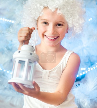 Photo pour Belle petite fille dans une perruque blanche garder la lampe de poche - image libre de droit