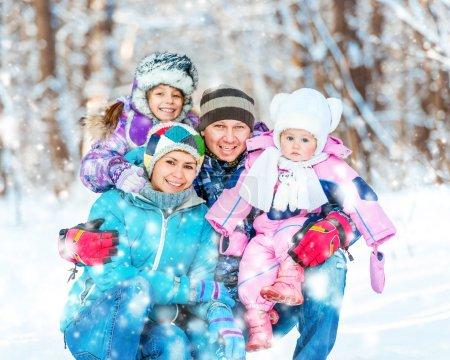 Photo pour Portrait d'hiver d'une jeune famille heureuse de 4 personnes - image libre de droit