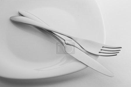 Photo pour Couteau et fourchette sur plaque blanche - image libre de droit