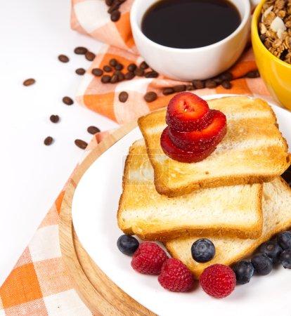 Photo pour Petit déjeuner avec toasts café et fruits - image libre de droit