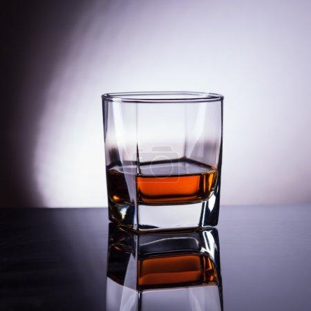 Photo pour Whisky en verre avec reflet - image libre de droit