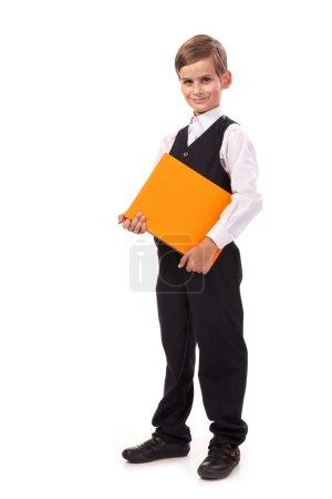 Photo pour L'écolier tient un livre isolé sur fond blanc - image libre de droit