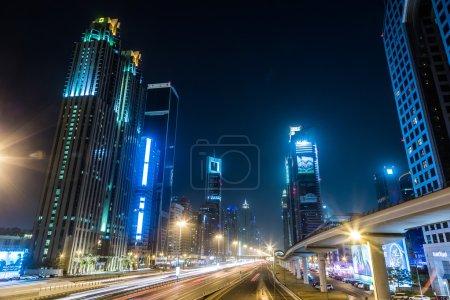 Photo pour Dubai downtown pendant la nuit, vue de gratte-ciels de sheikh zayed road. Émirats Arabes Unis - image libre de droit