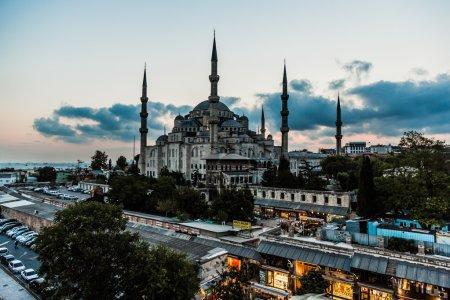 Photo pour Istanbul - 7 août : gens qui visitent carré près sultan mosquée ahmed, 7 août, 2013 à istanbul, Turquie. Sultan mosquée ahmed (Mosquée bleue) sur des attractions touristiques à istanbul. - image libre de droit