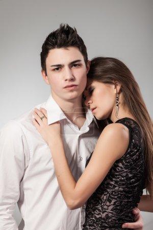 Photo pour Jeune femme a mis sa tête sur son mec de l'épaule. couple amoureux sur fond foncé - image libre de droit