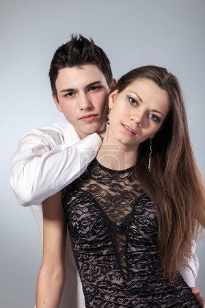 Photo pour Heureux jeune couple amoureux. premier amour sur fond foncé - image libre de droit