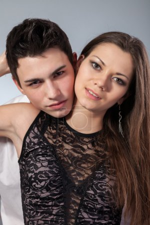 Photo pour Portrait d'un couple d'amoureux. premier amour sur fond foncé - image libre de droit