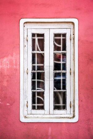Photo pour Fenêtre blanche sur un vieux fond de mur en stuc rouge - image libre de droit