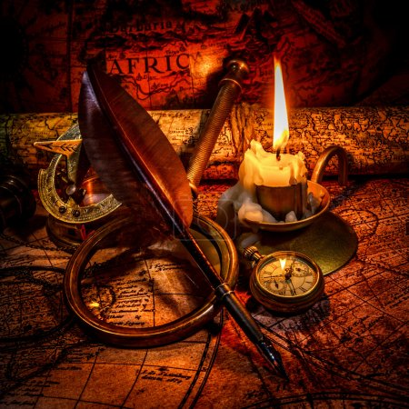Photo pour Boussole vintage, loupe, montre de poche, plume, verre espion se trouvent sur une ancienne carte avec une bougie allumée. Vintage nature morte . - image libre de droit