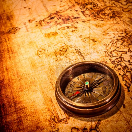Photo pour Vintage nature morte. boussole Vintage se trouve sur une carte du monde antique. - image libre de droit