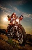 Motorkářka sedí na motocyklu