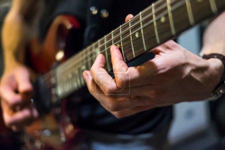 Photo pour Musicien joue une guitare closeup - image libre de droit