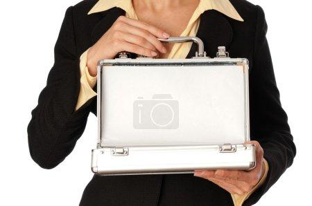 Photo pour Femme tenant un boîtier gris métallique avec de l'argent - image libre de droit