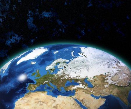 Photo pour Planète terre avec le soleil qui se lève au-dessus des éléments de pays européens de cette image fournie par la nasa - image libre de droit