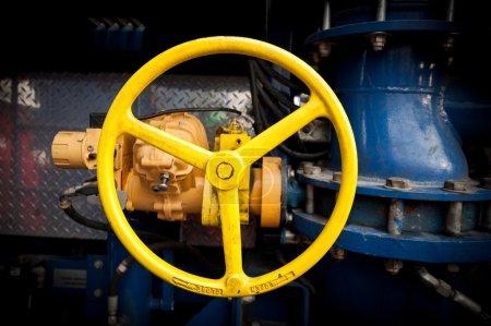 Photo pour Jaune robinetterie industrielle dans un grand système - image libre de droit