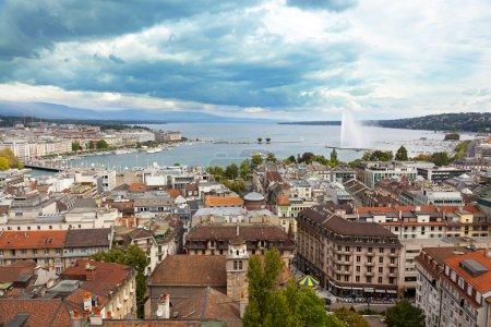 Photo pour Une fontaine jet deau s'élève sur les rives du lac Léman en Suisse - image libre de droit