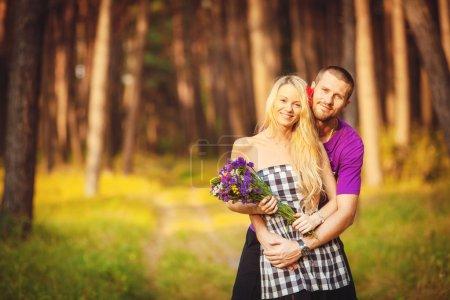 Photo pour Gros plan portrait de attrayant jeune couple tirant parti de l'extérieur . - image libre de droit