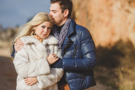 Photo pour Joyeux jeune couple embrassant et s'amusant ensemble à l'extérieur en automne - image libre de droit
