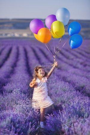 Photo pour Champ de lavande, France, Provence, belle petite fille court - image libre de droit