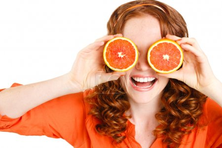 Photo pour Portrait de Belle gros plan jeune femme rousse aux oranges. Concept d'alimentation saine. Soins de la peau et beauté. Vitamines et minéraux . - image libre de droit