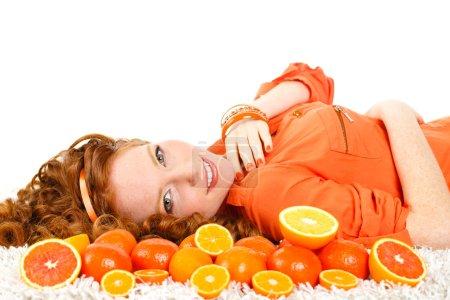 Photo pour Portrait de femme belle chevelure rousse jeune gros plan avec des oranges. concept d'aliments sains. soins de la peau et la beauté. vitamines et minéraux. - image libre de droit