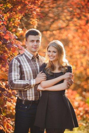 Photo pour Bouchent portrait de séduisante jeune couple s'amuser ensemble à l'extérieur. - image libre de droit