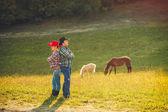 Mladá rodina baví v krajině