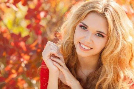 Photo pour Portrait de femme d'automne. Fille modèle de mode beauté avec maquillage automnal et style de cheveux. Tomber. Maquillage d'automne créatif. Belle Visage . - image libre de droit