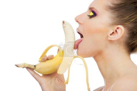 Foto de Foto primer plano femenino boca lamer peladas plátano, aislado en blanco - Imagen libre de derechos
